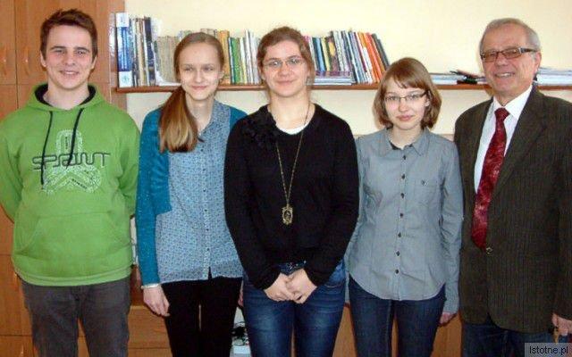 Łukasz Marszałek, Monika Marusiak, Julia Jancelewicz, Magdalena Janczak i dyrektor Stanisław Małkowski