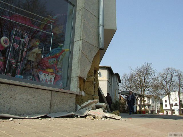 Zniszczona elewacja sklepu przy ul. Łokietka