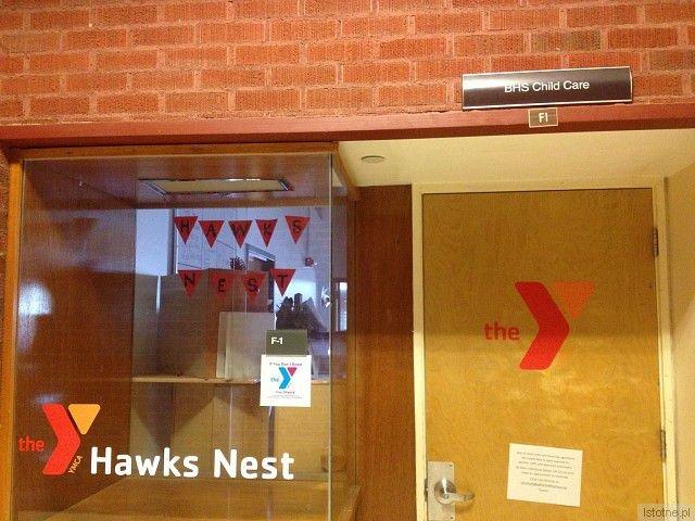 Jastrzębie gniazdo, ang. hawks nest - żłobek w jednej ze szkół średnich, stworzony dla dzieci uczennic, które zaszły w ciążę, a chciałyby kontynuować naukę
