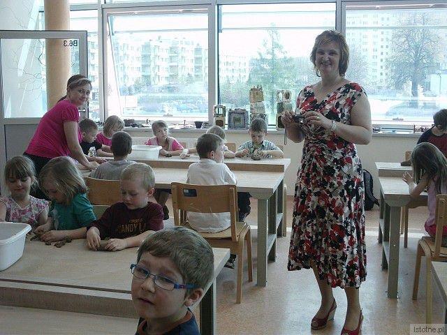 Mali gości z czeskiego Doksy uczyli się lepić z bolesławieckiej gliny na warsztatach w BOK-MCC