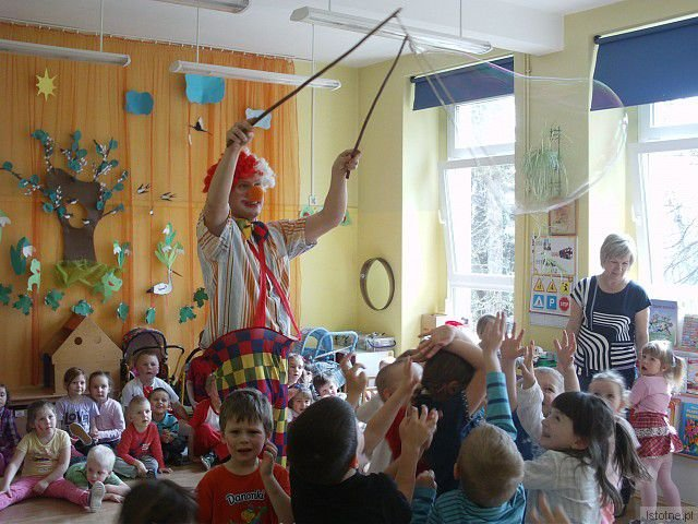 Po zajęciach plastycznych i zwiedzaniu Muzeum Ceramiki dzieci bawiły się z klaunem
