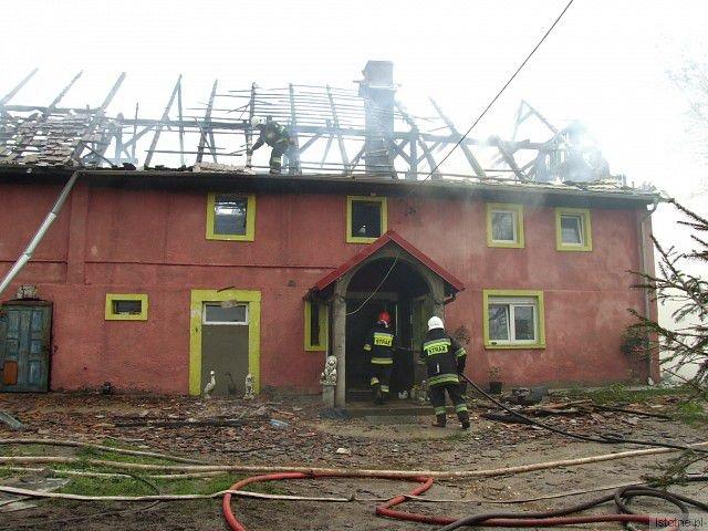 Społnęło poddasze i dach budynku