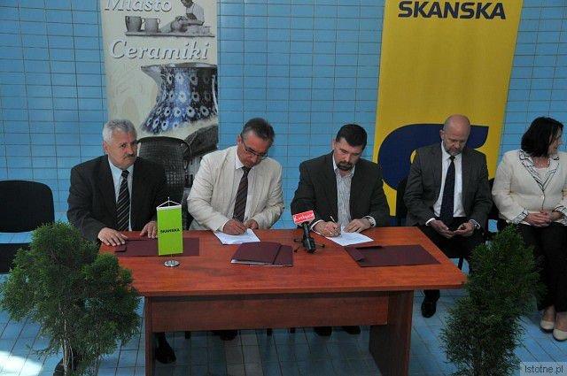 Umowę podpisali prezydent Bolesławca Piotr Roman oraz Dariusz Raczycki, dyrektor Zespołu Projektów z firmy Skanska, która jest wykonawcą zadania. Wartość podpisanego kontraktu wynosi10 449 310,91 zł.