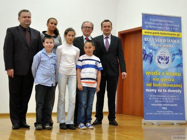 Młodzi laureaci konkursu PWiK: Amadeusz Kujawa ze Szkoły Podstawowej w Dąbrowie Bolesławieckiej, Sophie Górzańska i Wiktor Tomanik będący ze Szkoły Podstawowej w Trzebieniu.