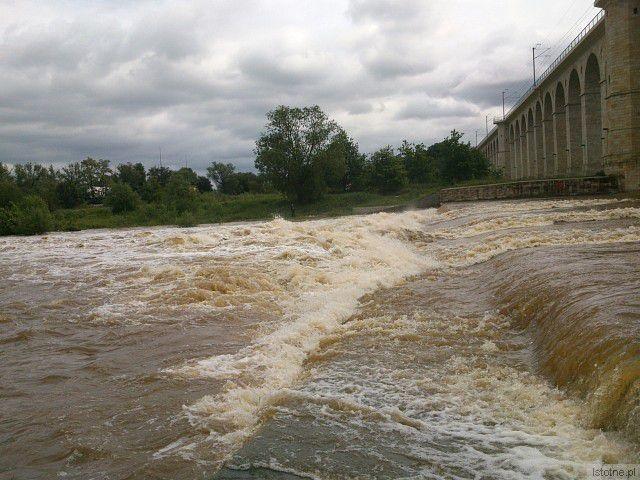 Rzeka Bóbr w okolicach wiaduktu. 5 czerwca 2013.