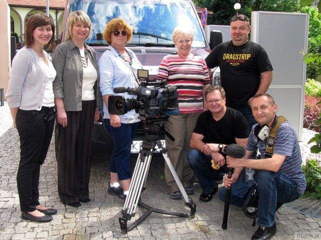 Janina Bany-Kozłowska (czwarta od lewej) z ekipą telewizyjną, dziennikarka TVP Kraków Maria Guzy (trzecia od lewej) oraz dyrektorka Muzeum Ceramiki Anna Bober-Tubej (druga od lewej)