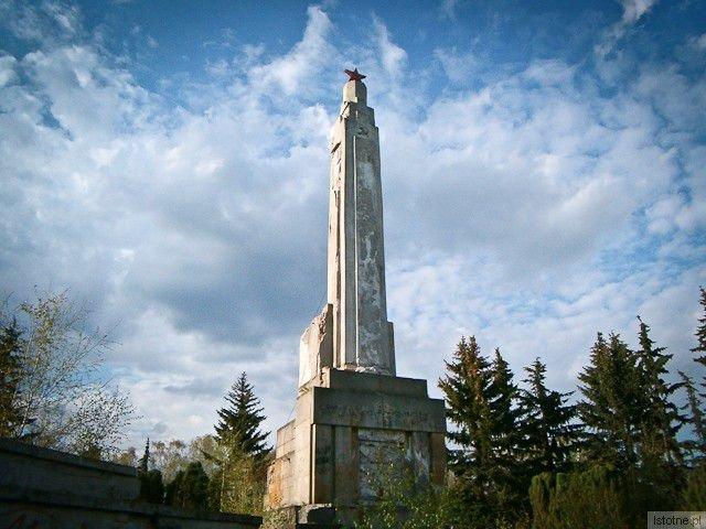 Pomnik upamiętniający poległych żołnierzy Armii Czerwonej (zdjęcie z 2003 roku)