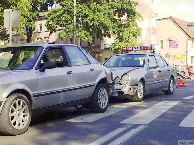 Audi stało przed pasami. Uderzył w nie taksówkarz. Audi potrąciło wtedy przechodzącą po przejściu kobietę.