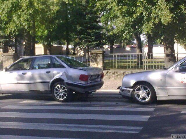 Taksówkarz kierujacy Mercedesem uderzył w Audi tak, że wjechało ono na przejście i potrąciło kobietę.