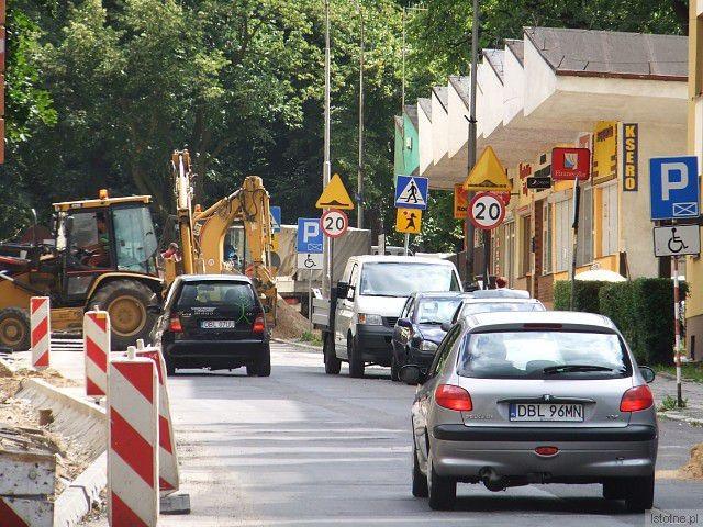 Zwracamy uwagę pieszym i kierowcom: po remontowanych w centrum miasta ulicach jeździ ciężki sprzęt, chodzą pracownicy, na ulicy składowany jest piach i żwir