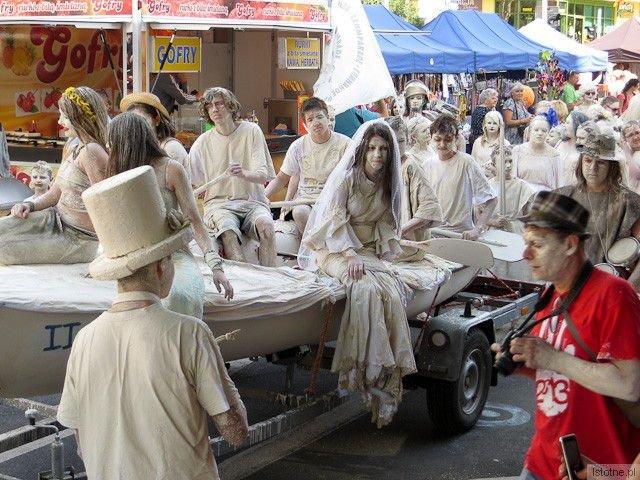 Uczestnicy glinianej parady