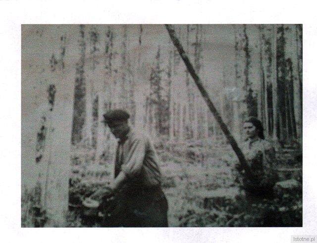 Albertyna Szwatra podczas pracy w lesie