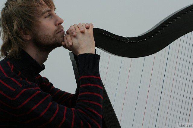 Michał Zator zagra na harfie celtyckiej i zaśpiewa 10 listopada o 16:00 w Pałacu Ślubów