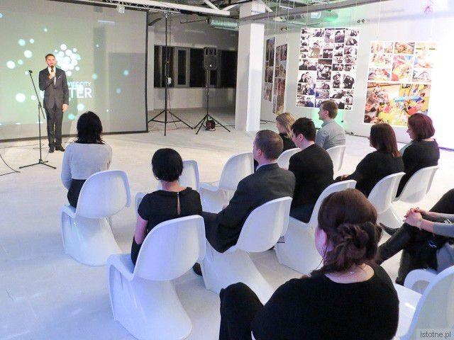 Karol Stryja wita gości na rocznicy otwarcia galerii