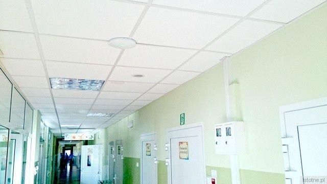 Na korytarzach pod sufitem zamontowane są okrągłe routery, które udostępniają internet w standardzie WiFi