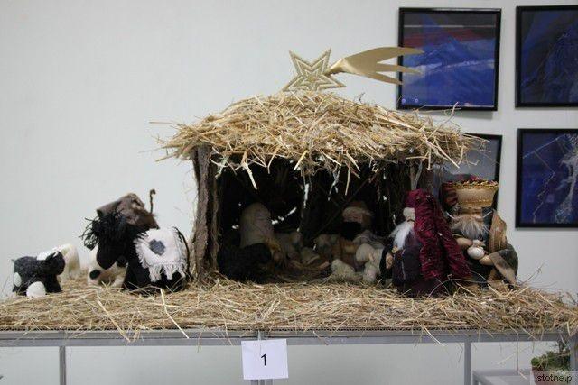 Szopka Kacpra Dąbkowskiego z recznie wykonanymi zwierzętami z gałganków (II miejsce)