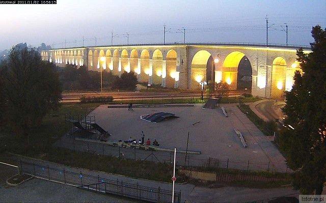 Zdjęcie oświetlonego wiaduktu z listopada 2011 roku