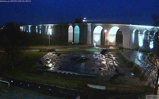 Wybrakowane oświetlenie wiaduktu w grudniu 2013 roku
