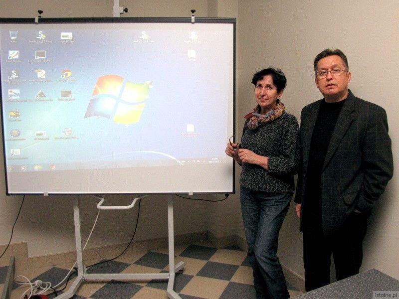 Kazimiera Kotwica i Mirosław Sakowski przy tablicy interaktywnej w ScienceLab