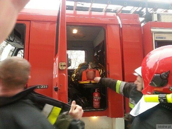 Poszkodowanego mężczyznę odwozili na oddział ratunkowy strażacy, bo karetka nie dojechała