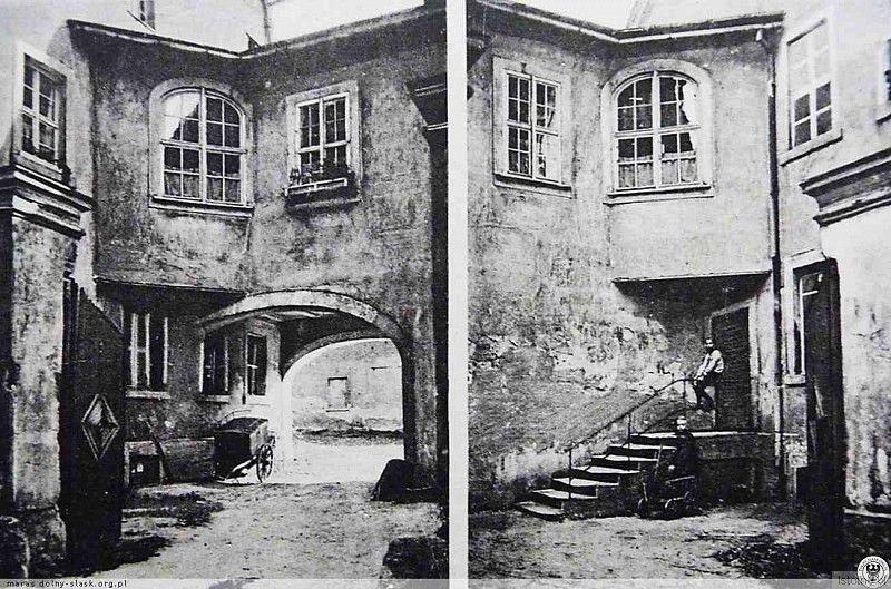 Dziedziniec poczty w Godnowie z początku XX wieku. Poczta była zlokalizowana przy obecnej ulicy Lipowej i uległa zniszczeniu podczas II wojny światowej.