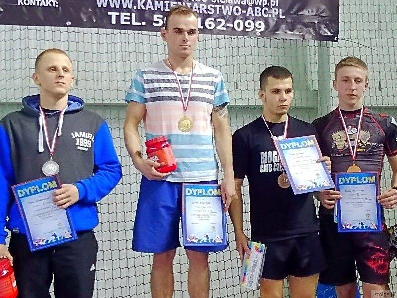 Pierwszy z prawej: Karol Kłosowski