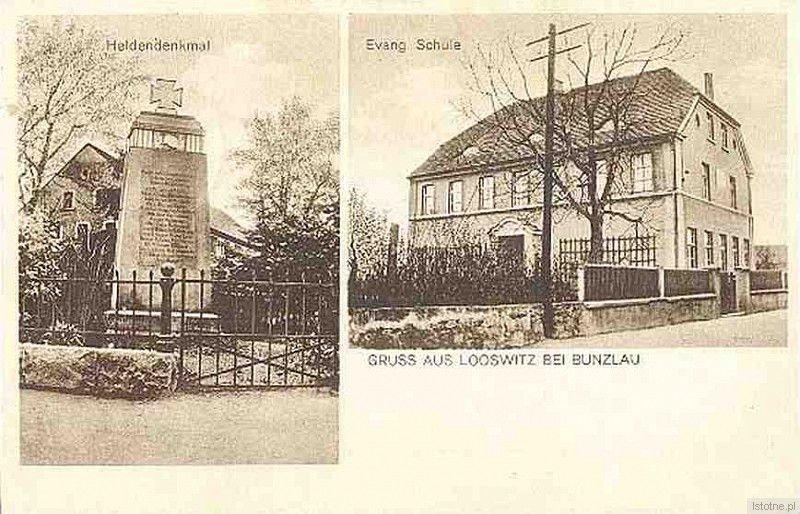 Fotografia pochodzi z lat 1920-1935. Po lewej stronie widzimy pomnik poświęcony żołnierzom poległym w pierwszej wojnie światowej, a po prawej stronie budynek szkoły ewangelickiej, obecnie pełniący rolę przedszkola