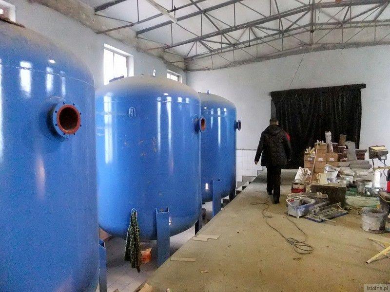 Potężne zbiorniki ze złożami filtracyjnymi (do uzdatniania wody). Będzie ich czternaście