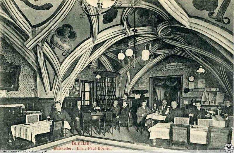 Zdjęcie wykonano w latach 20. XX wieku. Przed II wojną światową w tym miejscu mieściła się gospoda ratuszowa a obecnie jest to sala ślubów. Jest to najbardziej okazałe pomieszczenie bolesławieckiego ratusza z pięknym sklepieniem sieciowo-żebrowym