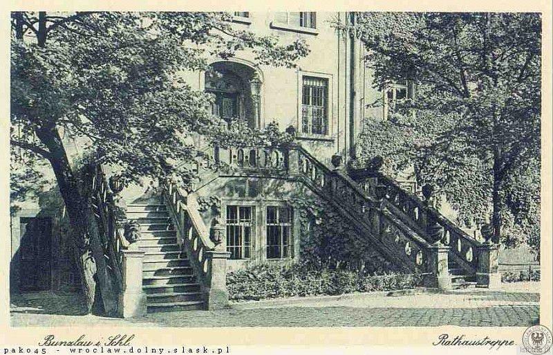 Reprezentacyjne schody bolesławieckiego ratusza wybudowane przez mistrza  Böhma w 1781 roku. Fotografia pochodzi z 1935 roku
