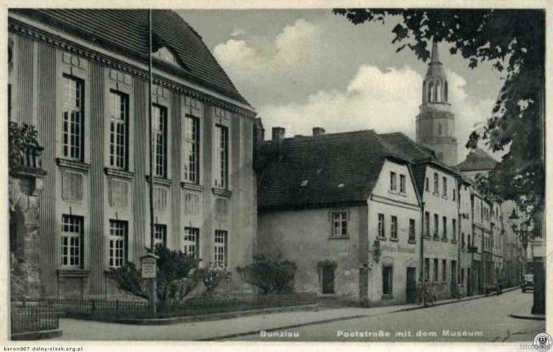 Pocztówka z początku XX wieku prezentuje zabudowę ulicy Mickiewicza