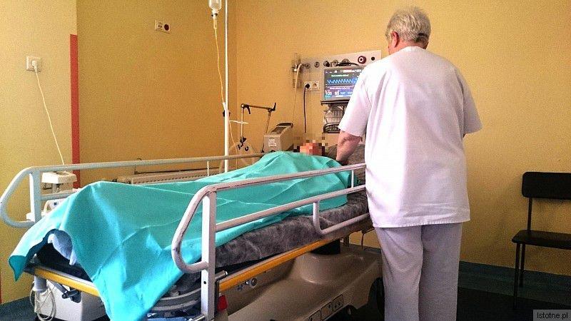 Okaleczona kobieta czeka na operację na Szpitalnym Oddziale Ratunkowym. W pierwszej kolejności lekarze zajęli się rannym dzieckiem