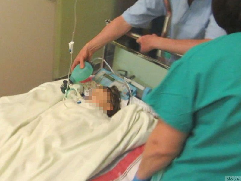 Lekarze kilka godzin walczyli o życie maluszka. Na zdjęciu widać, jak lekarz ręcznie dostarcza powietrze, gdy dziecko jest przewożone na Oddział Intensywnej Opieki Medycznej