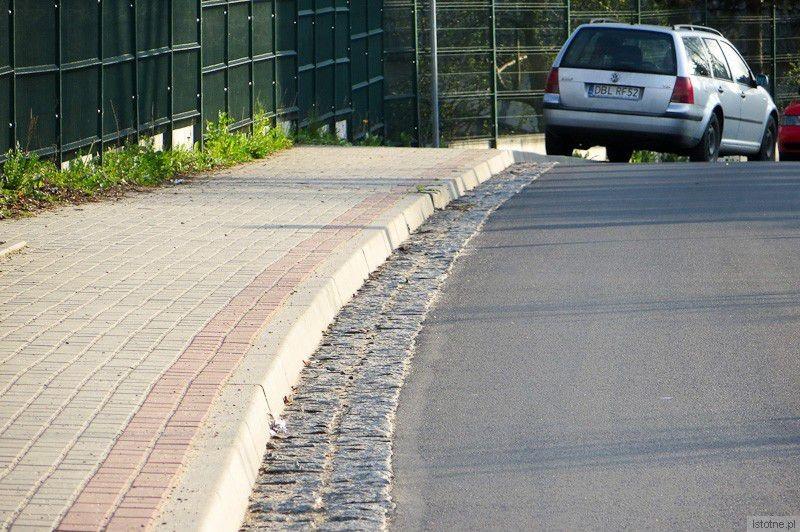 Miejska ulica Ceramiczna, którą powiatowi urzędnicy wskazują jako brudną. (niedziela, 6 kwietnia 2014)