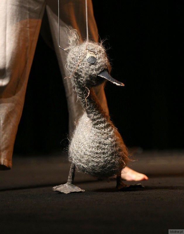 """Zdrojowy Teatr Animacji z Jeleniej Góry zaprezentował wzruszający, świetnie zagrany spektakl """"Brzydkie kaczątko"""" uczący dzieci akceptacji inności"""