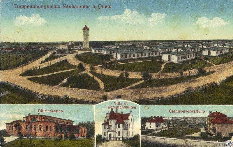 Karta pocztowa z początku XX wieku prezentuje: fragment dawnych koszar, kasyno oficerskie, willę komendanta oraz budynek garnizonowy