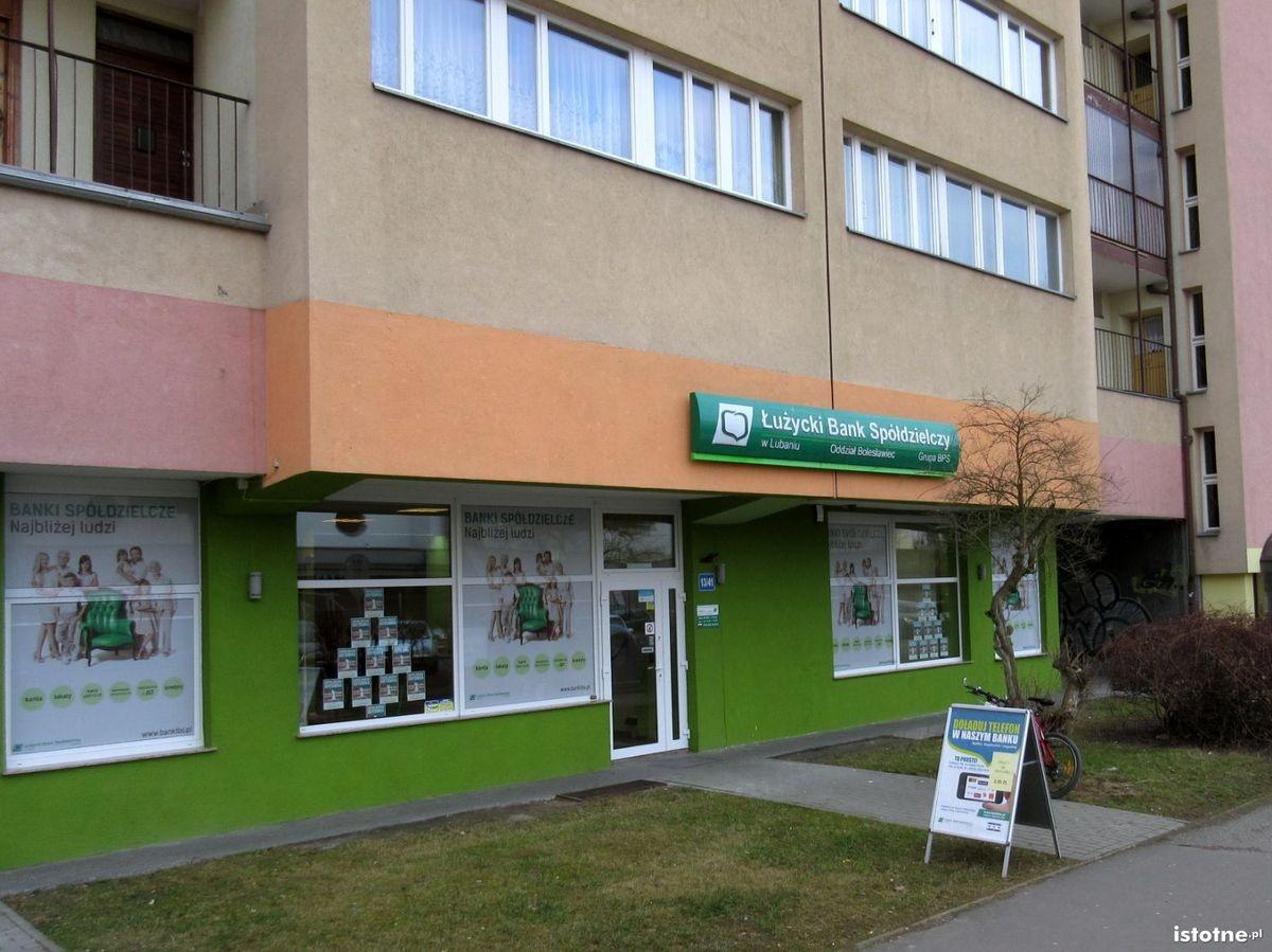 Łużycki Bank Spółdzielczy znajduje się w Bolesławcu przy ulicy Łukasiewicza 13