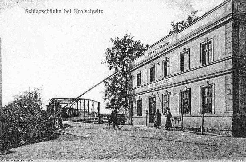 Na pocztówce widzimy wyszynk Roberta Kluge oraz most ze szlabanem