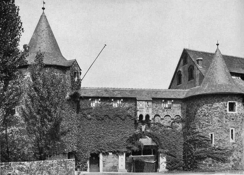 Główna brama wjazdowa na teren zamku