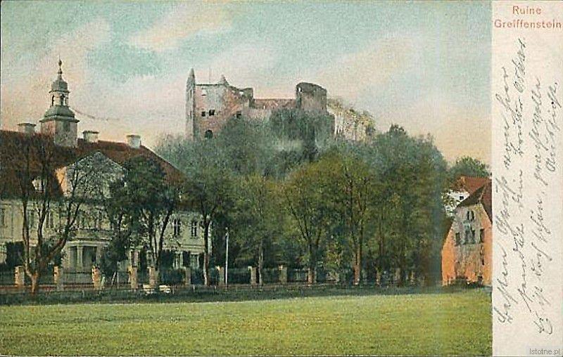 Pocztówka z 1909 roku, w tle widzimy ruiny zamku, a na pierwszym planie pałac