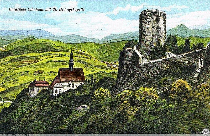 Na kolorowej pocztówce z pierwszej połowy XX wieku widzimy pozostałości zamku z kościołem św. Jadwigi
