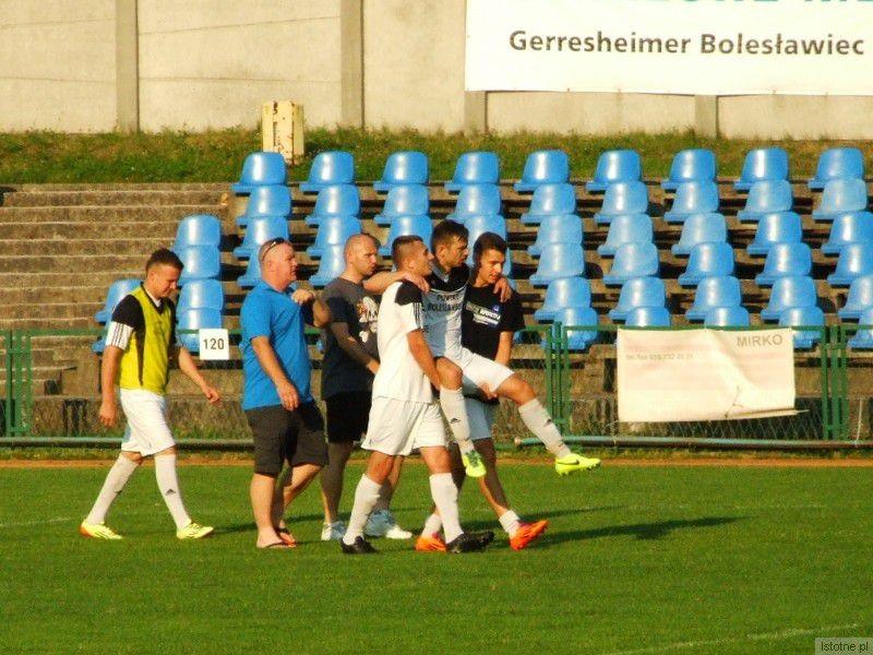 Kontuzjowany Marek Majka opuszcza boisko na rękach kolegów z drużyny