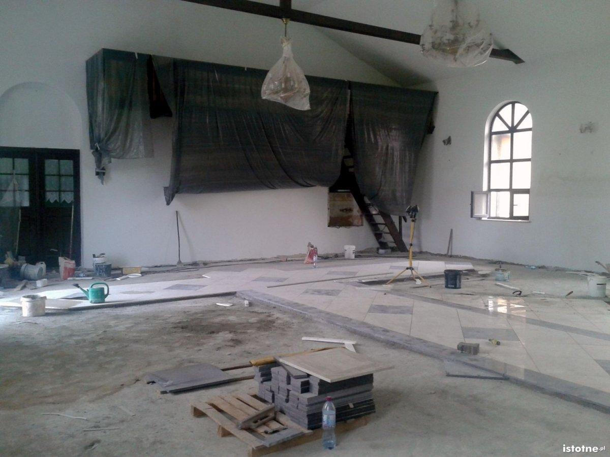 Wnętrze remontowanego kościoła w Łaziskach