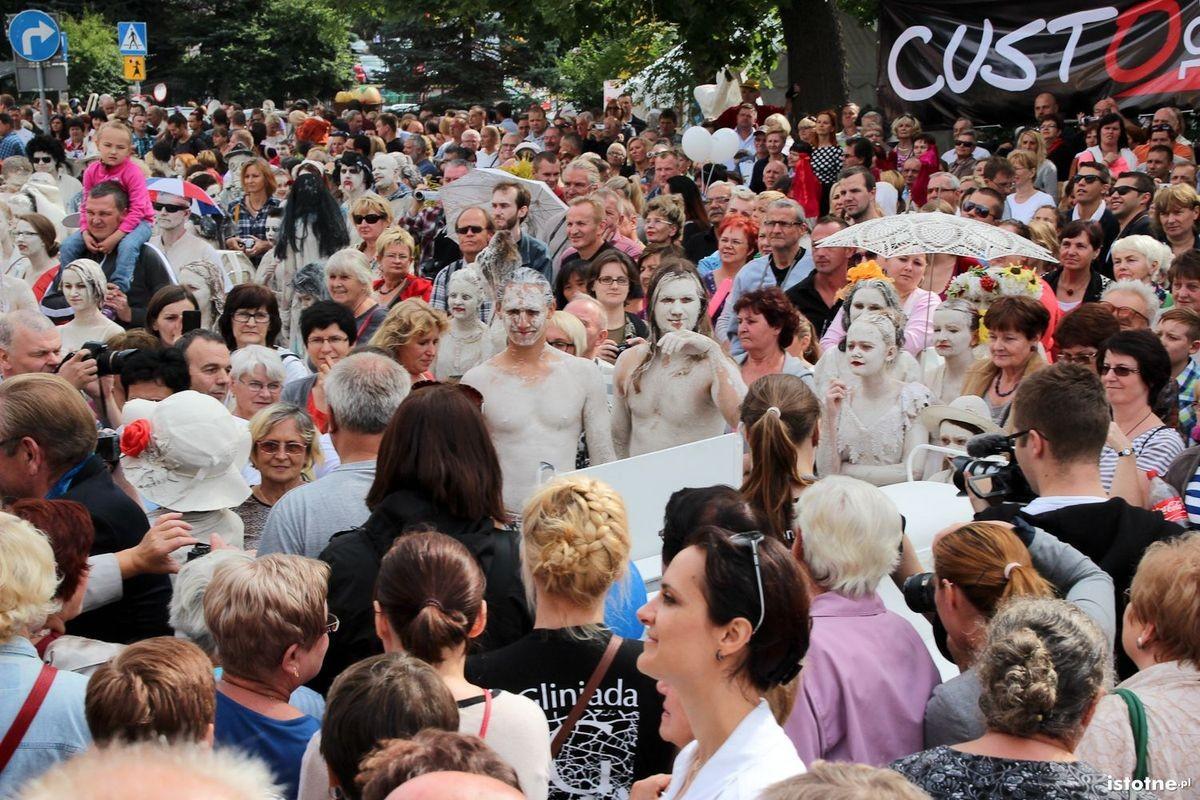 Publiczność oglądająca ślub Glinoludów