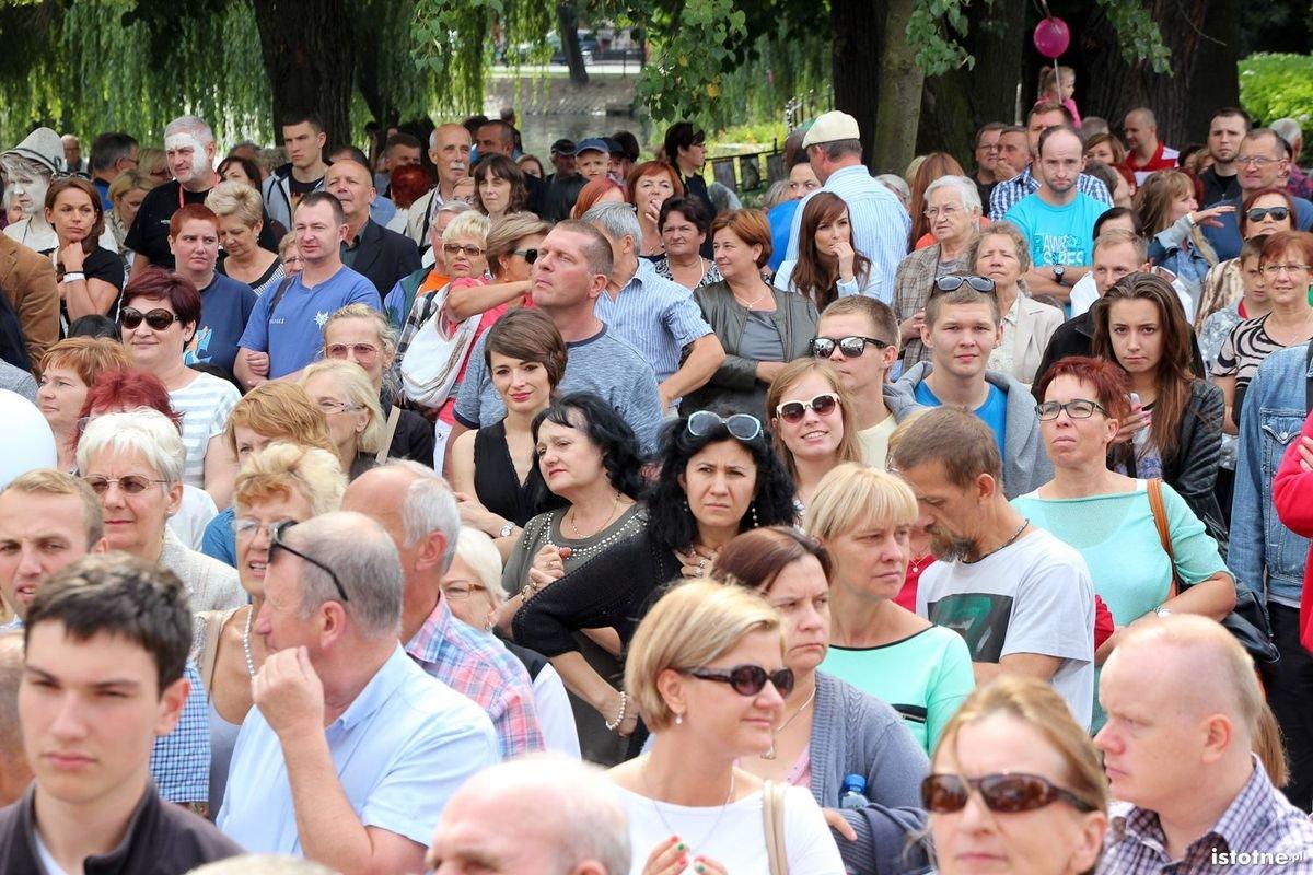 Publiczność oglądająca ślub Glinoludów z-index: 0