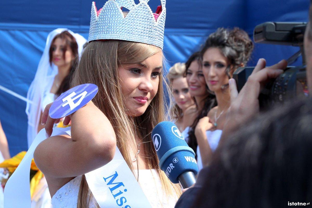 Maja Letko Miss Święta Ceramiki udziela wywiadu teleiwzji WDR