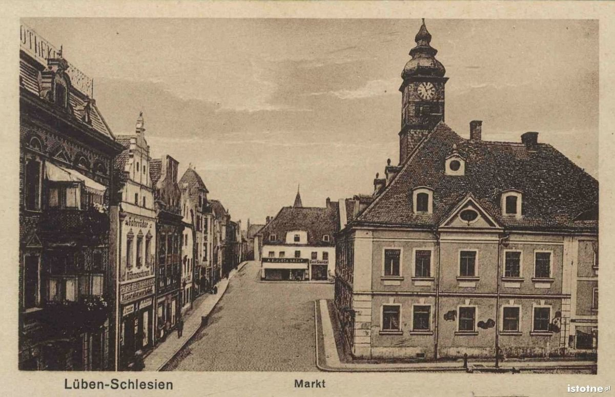 Rynek z ratuszem na początku XX w.