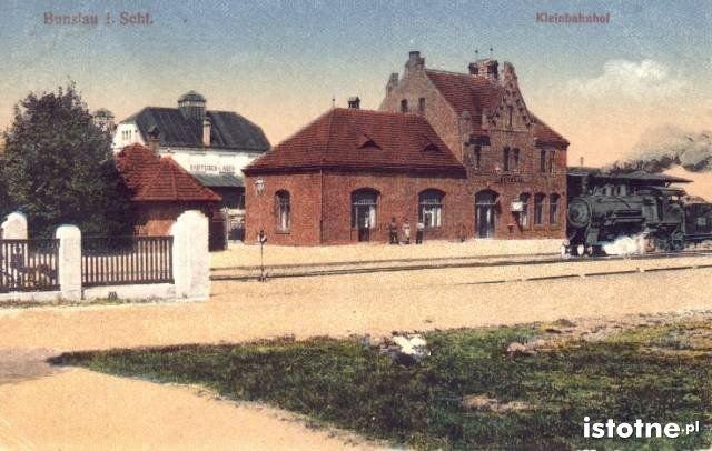 Po prawej stronie: lokomotywa kursująca na trasie
