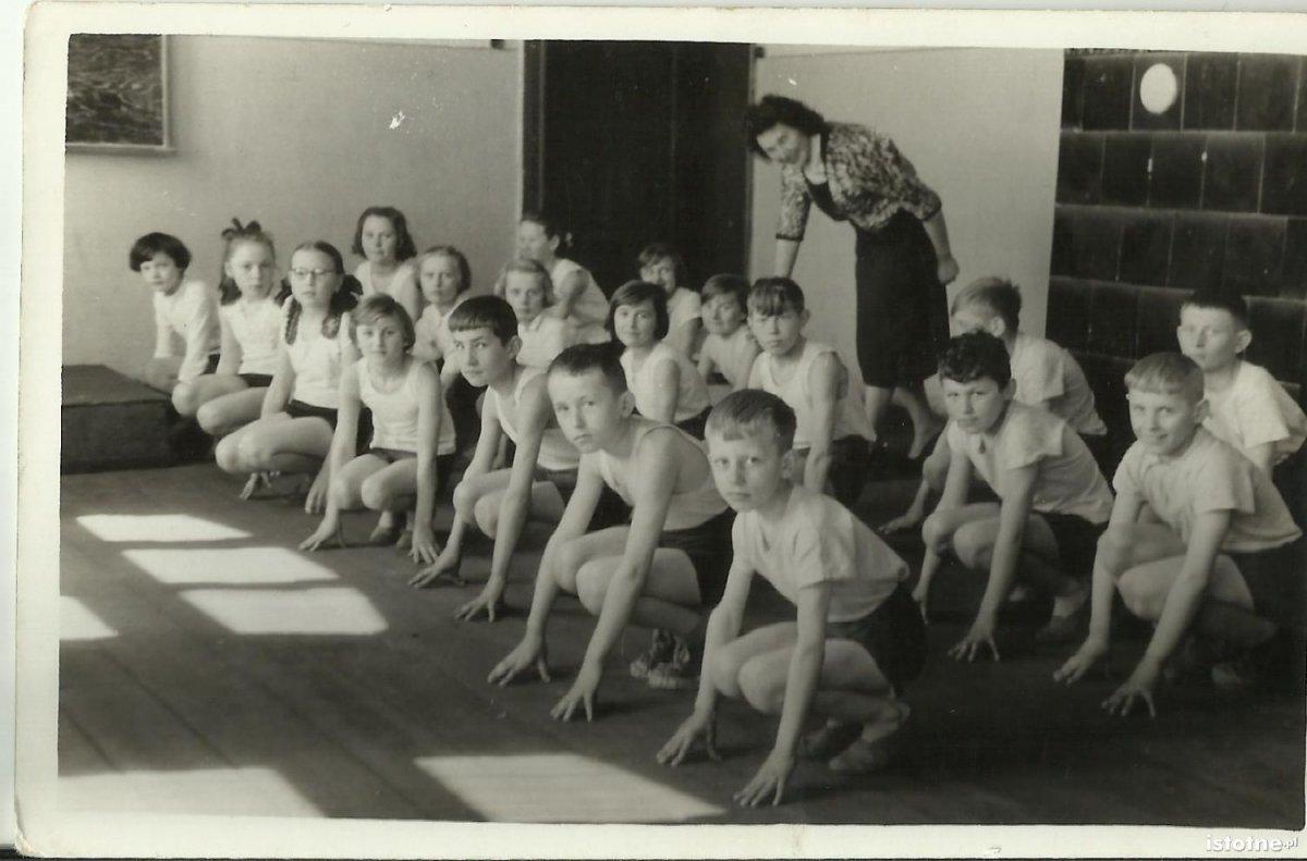 Lekcja gimnastyki w 1960 r.
