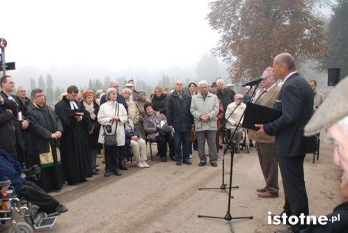 Uczestnicy ceremonii otwarcia lapidarium na cmentarzu komunalnym